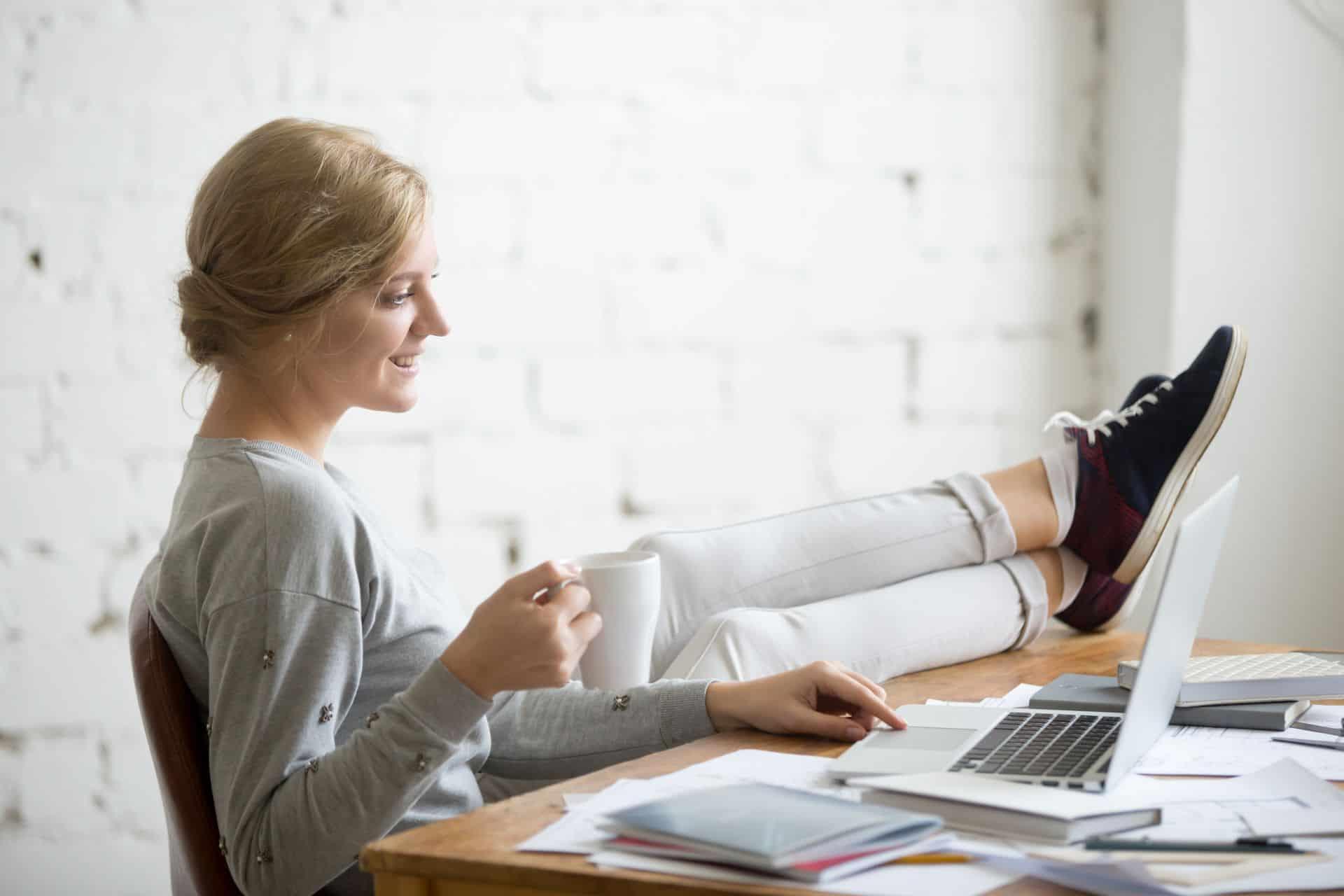 hogyan lehet pénzt keresni az irodában ülve